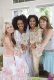Jeune mariée avec la mère et les amis grillant Champagne Photo libre de droits