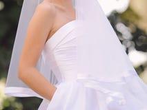 Jeune mariée avec la main dans la poche Images stock