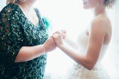 Jeune mariée avec la main de mariage de mère image libre de droits
