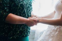 Jeune mariée avec la main de mariage de mère images stock