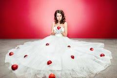 Jeune mariée avec la pomme photos stock
