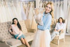 Jeune mariée avec la robe et les amis de dentelle dans le mariage Photographie stock
