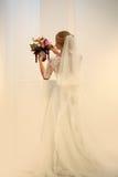 Jeune mariée avec le beau bouquet de mariage Photographie stock