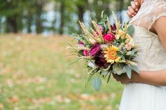 Jeune mariée avec le bouqet de mariage Photos libres de droits