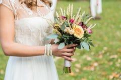 Jeune mariée avec le bouqet de mariage Photographie stock