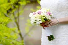 Jeune mariée avec le bouquet Photo stock