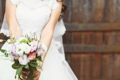 Jeune mariée avec le bouquet de fleur Photos stock