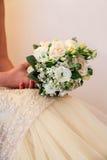 Jeune mariée avec le bouquet de fleur Photographie stock