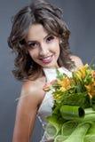 Jeune mariée avec le bouquet de mariage images libres de droits