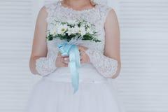 Jeune mariée avec le bouquet de mariage de camomille Photos libres de droits