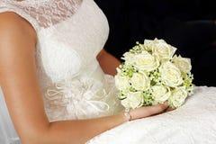 Jeune mariée avec le bouquet de rose de blanc Photographie stock libre de droits