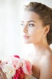 Jeune mariée avec le bouquet des fleurs Image stock