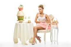 Jeune mariée avec le gâteau de mariage images stock