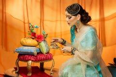 Jeune mariée avec le gâteau de mariage image libre de droits