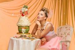 Jeune mariée avec le gâteau de mariage photographie stock