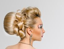 Jeune mariée avec le maquillage et la coiffure créatifs Image stock