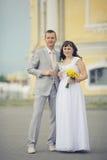 Jeune mariée avec le marié dans la vieille ville Photo stock