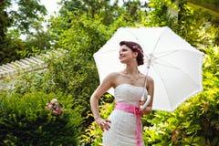 Jeune mariée avec le parapluie Photographie stock