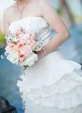 Jeune mariée avec le plan rapproché de bouquet Photographie stock libre de droits