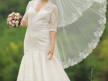Jeune mariée avec le voile de vol Photographie stock