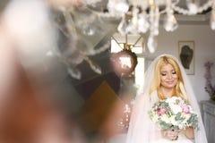 Jeune mariée avec le voile et bouquet nuptiale le jour du mariage Images stock