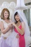 Jeune mariée avec son ami regardant la bague de fiançailles Photographie stock libre de droits