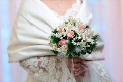 Jeune mariée avec son bouquet Image libre de droits