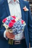 Jeune mariée avec un bouquet photos stock