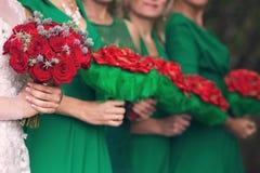 Jeune mariée avec un bouquet et demoiselles d'honneur Photo stock