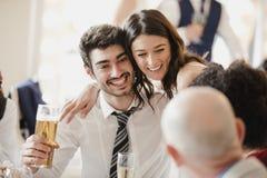Jeune mariée ayant une vie sociale avec des invités Image libre de droits