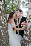 Jeune mariée belle et marié drôle Image stock