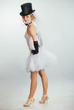 Jeune mariée blonde dans le tophat avec le voile et les longs gants noirs Photo libre de droits