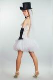 Jeune mariée blonde dans le tophat avec le voile et les longs gants noirs Images libres de droits