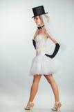 Jeune mariée blonde dans le tophat avec le voile et les longs gants noirs Photos libres de droits