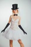 Jeune mariée blonde dans le tophat avec le voile et les longs gants noirs Photo stock