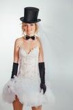 Jeune mariée blonde dans le tophat avec le voile et les longs gants noirs Image libre de droits