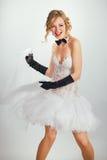 Jeune mariée blonde dans le tophat avec le voile et les longs gants noirs Images stock