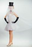 Jeune mariée blonde dans le tophat avec le voile et les longs gants noirs Photographie stock