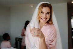 Jeune mariée célébrant la partie de poule avec des amis à la maison Images stock