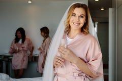 Jeune mariée célébrant sa partie de célibataire avec des amis à la maison Photo stock