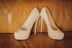 Jeune mariée d'attribut Épouser les chaussures à talons hauts Photographie stock libre de droits
