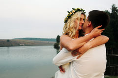 Jeune mariée dans bras du marié photos stock