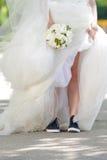 Jeune mariée dans des espadrilles Photographie stock
