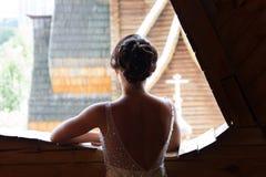 Jeune mariée dans l'église photos libres de droits