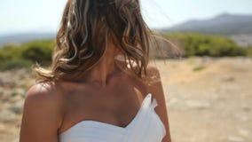 Jeune mariée dans la robe blanche sur la plage Mouvement lent banque de vidéos