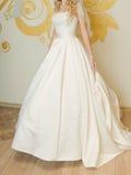 Jeune mariée dans la robe d'atlas Photos libres de droits