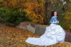 Jeune mariée dans la robe de mariage Photo stock