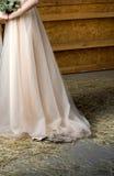 Jeune mariée dans la robe de mariage dans un marié de attente de grange Photos libres de droits