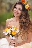 Jeune mariée dans la robe de mariage en parc au printemps Photo libre de droits