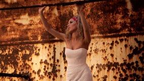 Jeune mariée dans la robe de mariage recherchant quelqu'un banque de vidéos